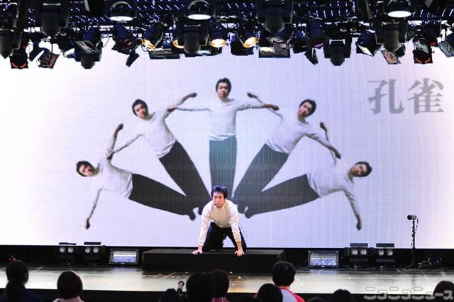 ニコファーレの機能を使い「一人組体操」を披露する内田伸哉
