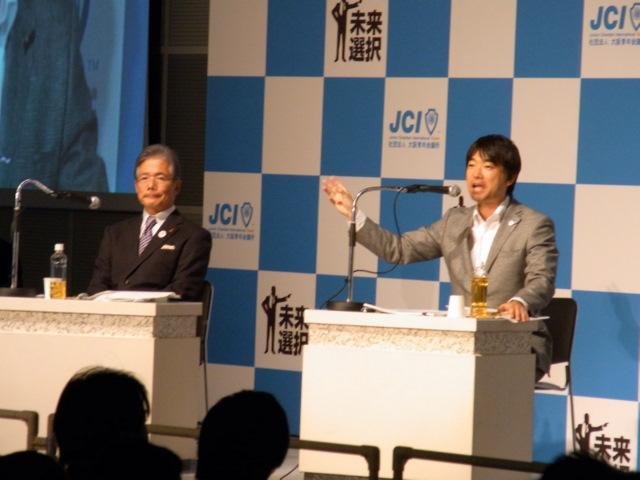 大阪市長選の告示の前日、公開討論会を行った平松邦夫大阪市長(左)と橋下徹前大阪府知事