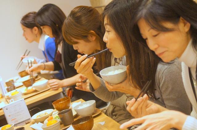 「丸の内タニタ食堂」で昼食をとる女性客