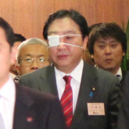 眼帯をつける野田首相