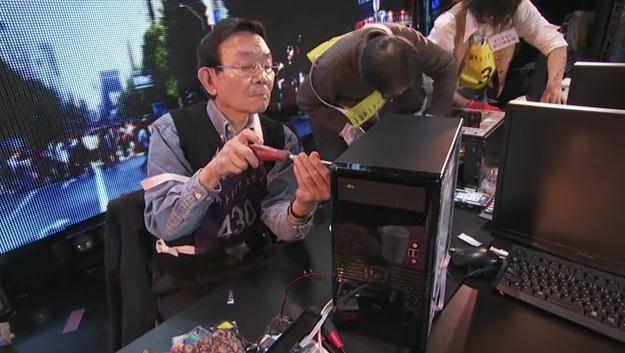 真剣な表情でPCを組み立てる与謝野さん
