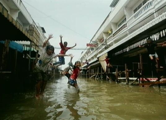 洪水でも楽しむことを忘れない子供たち(佐藤氏が撮った写真)
