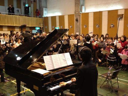 再生ピアノの伴奏で歌う「きっとツナガル」