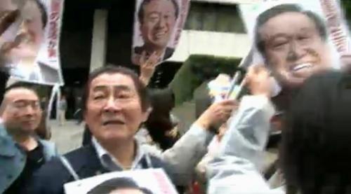 小沢元代表の無罪判決を喜ぶ支援者の様子(東京地裁前)