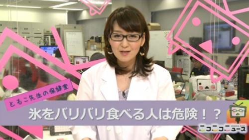 普段は着用しない白衣を着た吉野智子キャスター