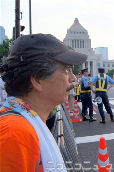 国会前の道路を見つめる平野悠さん