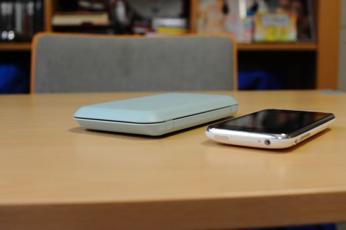 閉じた本体のサイズは『iPhone』の1.5倍ぐらい。厚さは2倍ぐらい