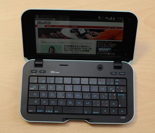開くと大きなタッチパネル画面とキーボードが現れます