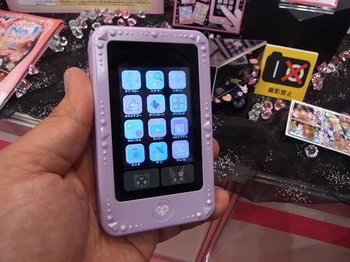 【東京おもちゃショー2012】子ども専用スマートフォンがカラー液晶とカメラを搭載『ジュエルポッド ダイアモンド』