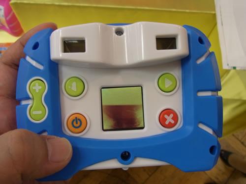 両目ファインダーと最小限のボタン、1.4型モニターを配置した背面