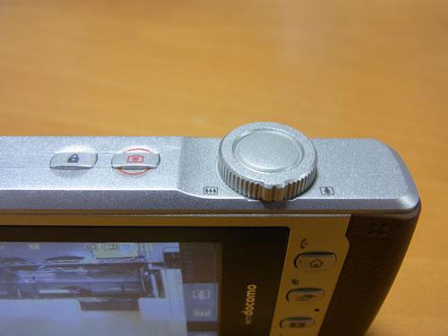 ズームホイールと一体化したシャッターボタン
