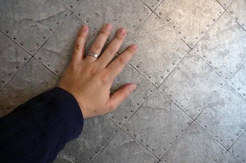 鉄っぽいけど触ると壁紙