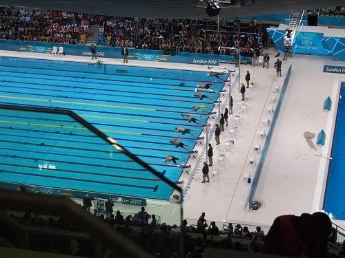 男子100メートル平泳ぎ準決勝。北島選手は下から4人目、立石選手は下から6人目