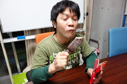 『チェリオ』をほおばるwosa記者