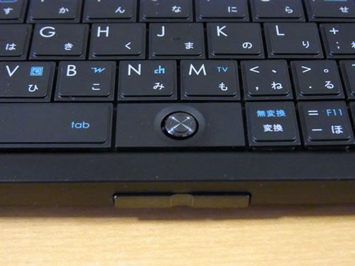 キーボード中央にスティックポインタ、手前側の側面に2ボタンを配置