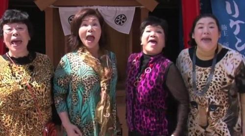 『南天な一日』動画より CMソングを歌う大阪のおばちゃんたち