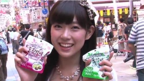『南天な一日』動画より 「おつかれちゃんやで~」と歌う渡辺美優紀さん