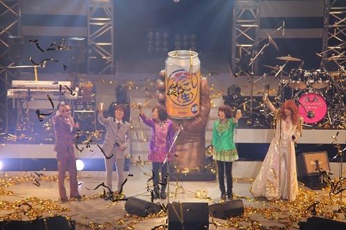 """桜井さんの発声で『キリン のどごし<生></a>』で乾杯&#8221; width=&#8221;500&#8243; height=&#8221;333&#8243;  /></p> <p>続いて、桜井さんの発声で『キリン のどごし<生>』で乾杯。1800人の観客も『キリン のどごし<生>』を掲げ、夢の実現を祝福します。会場はアンコールを期待しますが、レパートリーは1曲の""""MACHIKO BAND with THE ALFEE""""。会場から「もう1回」コールが沸き起こり、ふたたび『星空のディスタンス』を演奏して、一夜限りのライブは大きな拍手に包まれて終了しました。</p> <a href="""