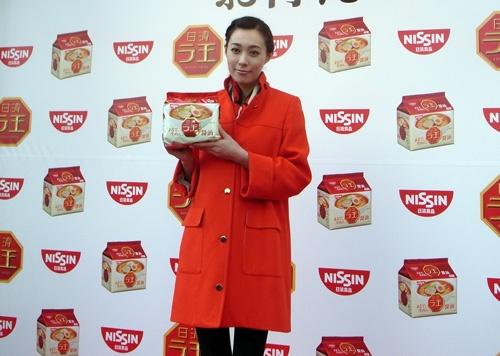 『日清ラ王 袋麺』ついに中部・近畿地区へ! 吹石一恵さんが大阪で開催された無料試食会に登場