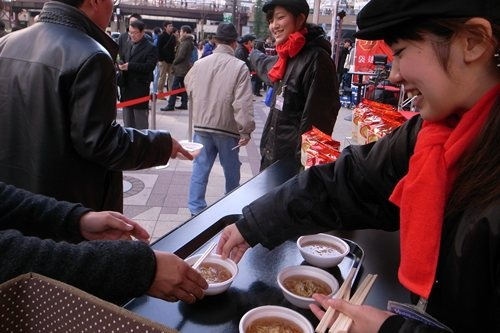 『日清ラ王 袋麺』無料サンプリング試食会(大阪・梅田)