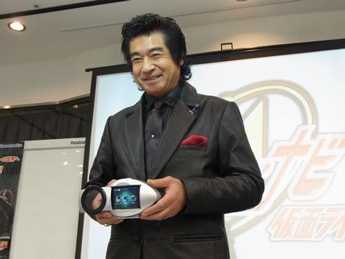 「家族のコミュニケーションが増えるのでは」 藤岡弘、さんが自身でセリフを再録したポータブルナビ『ヒーロー・ナビ 仮面ライダー』をアピール