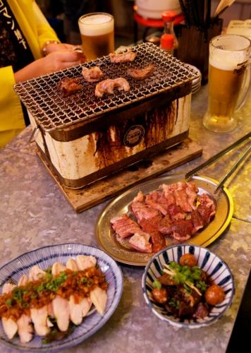 七輪焼きと蒸し鶏のネギソース、鳥もつ煮