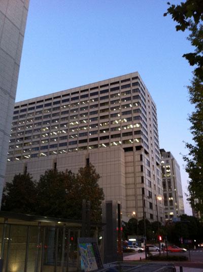 夕暮れ時の東京高等地方簡易裁判所合同庁舎です