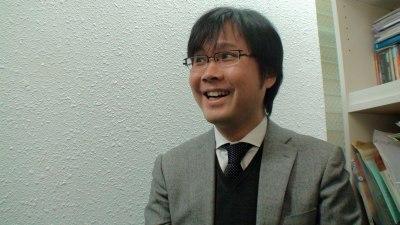 ほほえむ井上トシユキさん