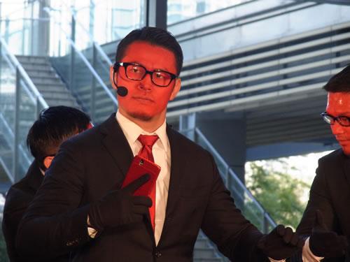 """Androidタブレット『DELL Streak』のイベント開催 動画サイトで話題のWORLD ORDERと""""赤い""""須藤元気が登場"""