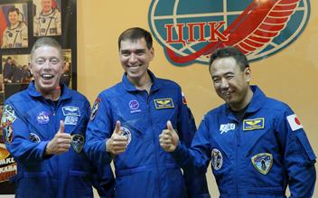 (右から)ソユーズに乗り込む古川聡、セルゲイ・ヴァルコフ、マイケル・フォッサム
