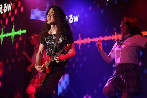 AKB48「会いたかった」を演奏するマーティ・フリードマンとダンサー「あすかときょうか」