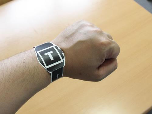 紙の腕時計を装着