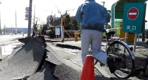 pinebook24さんの動画「地震の爪痕 浦安編」