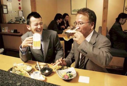 水を飲んでいてもお酒を飲んでるみたいな『嘘ビール』『嘘ワイン』『嘘カクテル』