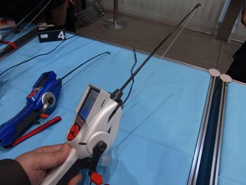 本体には竿とリール、リールのテンションを表現する糸が付属