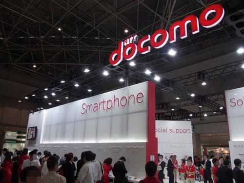 京セラの2画面端末やドコモ・au夏モデルなど最新スマートフォンがそろった『ワイヤレスジャパン2011』開催