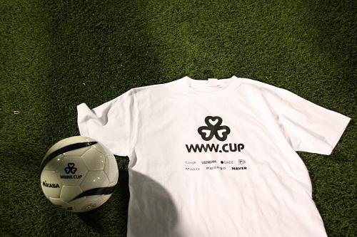 被災地の小学校にプレゼントされるTシャツとサッカーボール