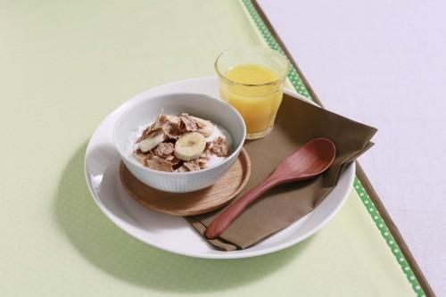 ヨーグルトとバナナ、シリアルの朝食