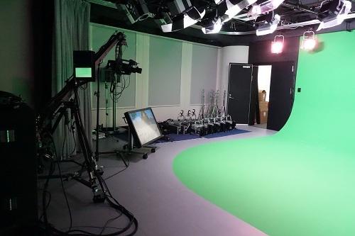 スタジオにはグリーンスクリーンやクレーンカメラも完備