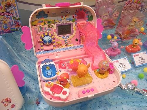 【東京おもちゃショー2012】ズーブルズ!を持ち出して遊べるテレビ付きハウス『Zoobles! キャンディーTVハウス』