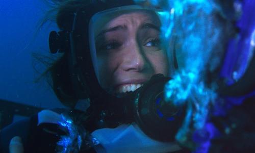 灯りをつけたら……サメだらけ! シャークケージ・ダイビングを描くサメホラー『海底47m』本編映像