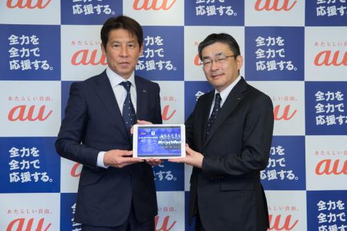 KDDIが通信技術でサッカー日本代表をサポート タブレット端末20台贈呈に西野監督が笑顔