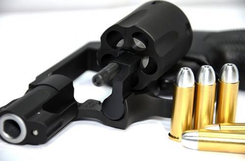 刃物は過小評価されて銃火器は過大評価されている!? 拳銃は数打ってもなかなか当たらない