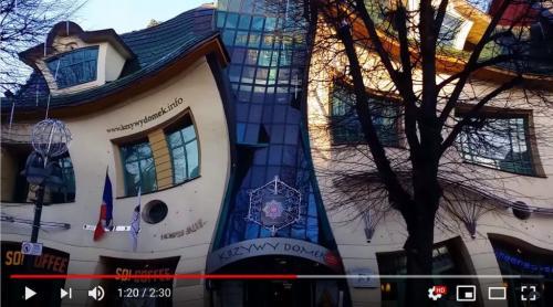 """画像を加工したかのようにグニャグニャな建築物 ポーランドの""""クシヴィ・ドメック(Krzywy Domek)"""""""