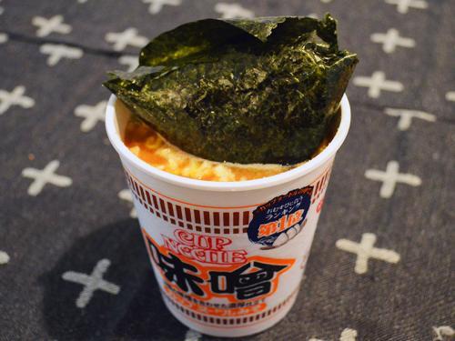 カロリーなんて気にするな!「カップヌードル味噌」に鮭おにぎりを入れるとこの世界の嫌なことをすべて忘れられます