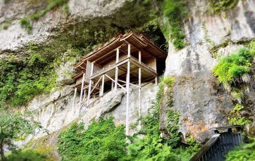 高所恐怖症が登るとどうなるか? 標高900メートルの超険しい霊山・三徳山