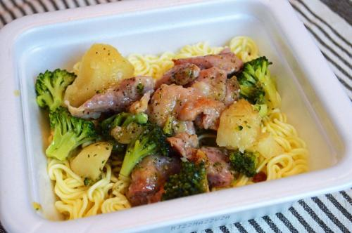 コンビニの冷凍アヒージョをカップ焼きそばにぶっかけると悶絶するほどウマい! 野菜もモリモリ食べられて顧客満足度100%!