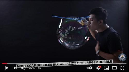 大きなシャボン玉の中に小さなシャボン玉を783個入れたらギネス世界記録になりました 「シャボン玉の数を数えるが大変そう」「肺活量がすごい」