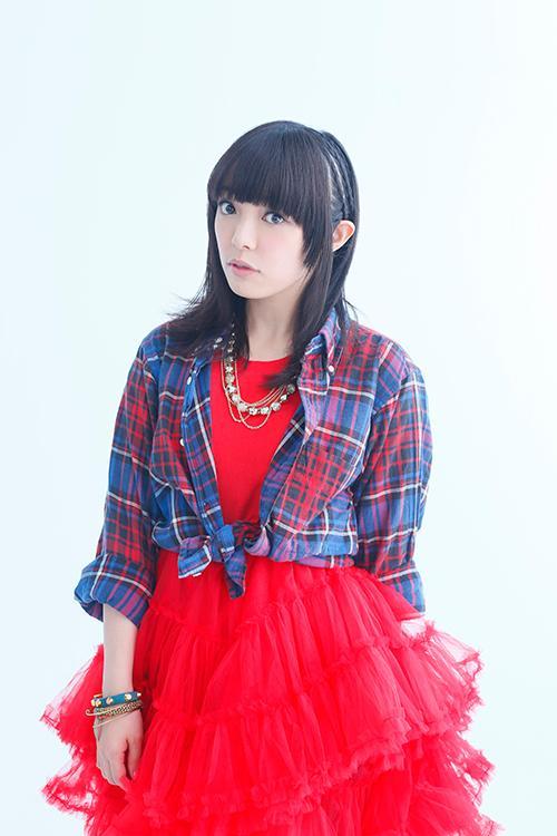 真っ赤なドレスの佐藤聡美