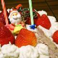 """信じられない! どうみてもクリスマスケーキなのに""""やきとり""""!? 真っ白くデコレーションされた『ケーキやきとり』を食べてみた"""